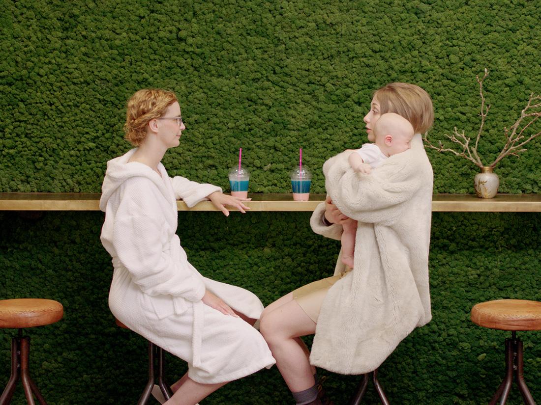 憂鬱女孩的奇想世界,粉紅喜劇《你不快樂嗎?》為她們找到共同語言
