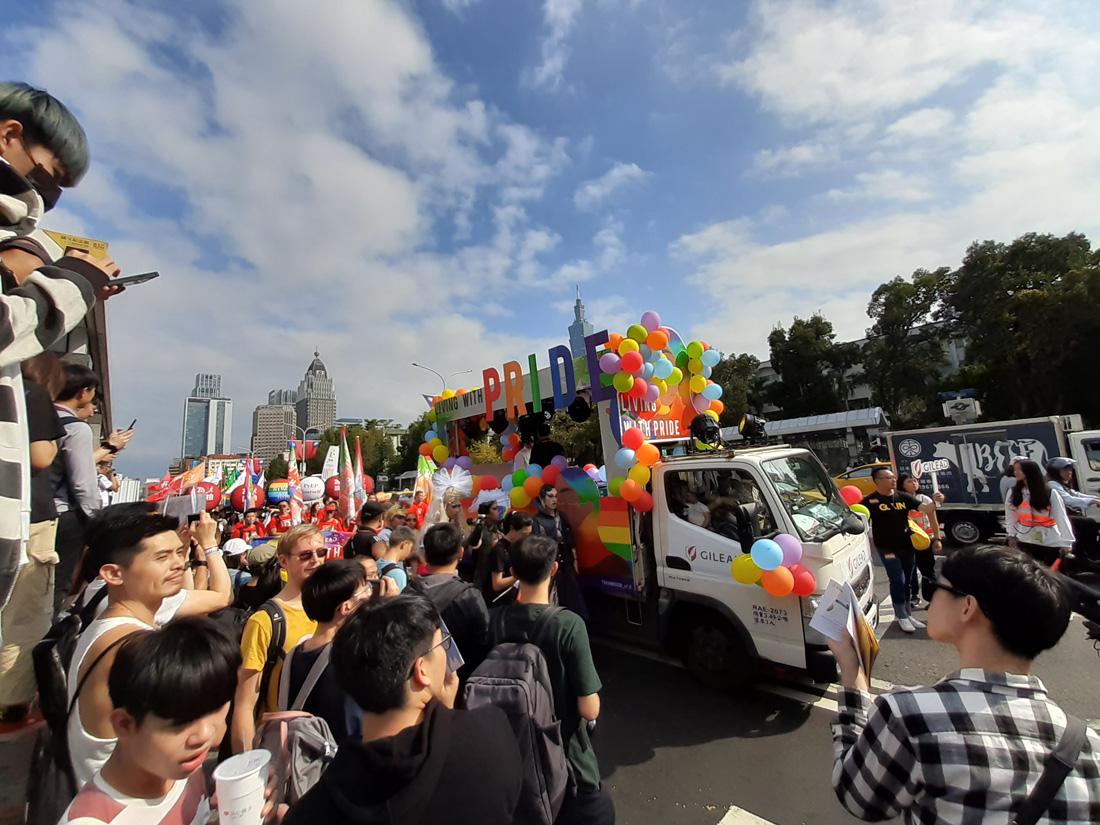 歡樂氣息洋溢同志大遊行,舒爽晴日彩虹人潮湧爆台北城