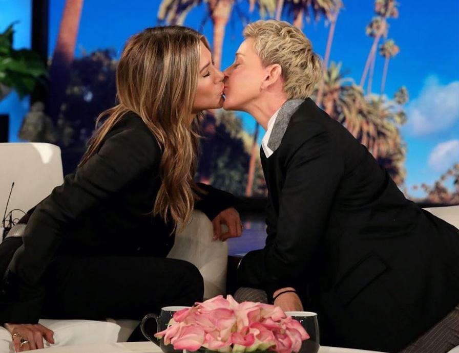 艾倫狄珍妮節目索吻,珍妮佛安妮斯頓驚嘆艾倫嘴唇好軟,總算了解沒鬍渣接吻的感覺