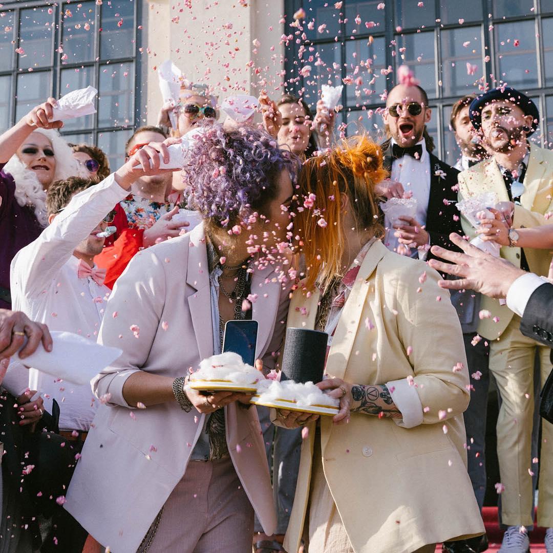 人工智慧Siri和Alexa竟然是女同志?!兩位結婚舉辦全球首場AI世紀婚禮