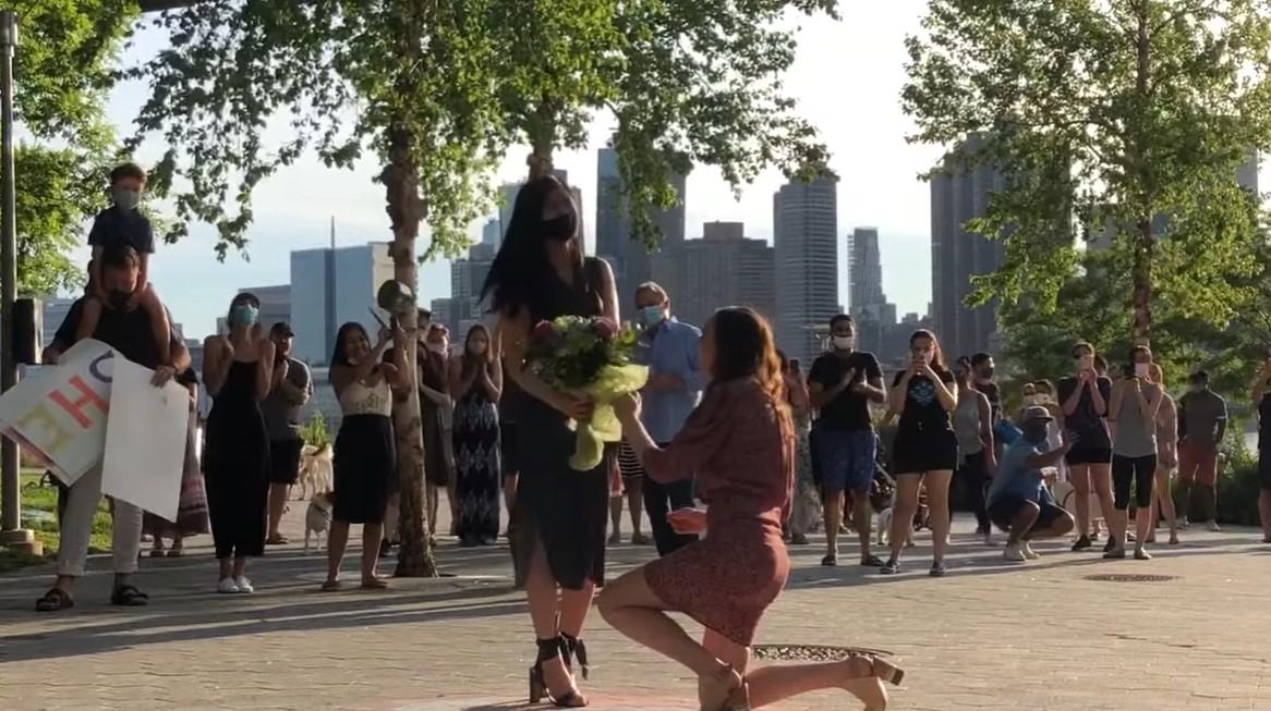 隔離三個月,紐約護士在親友鄰居的歡呼與掌聲中向女友求婚