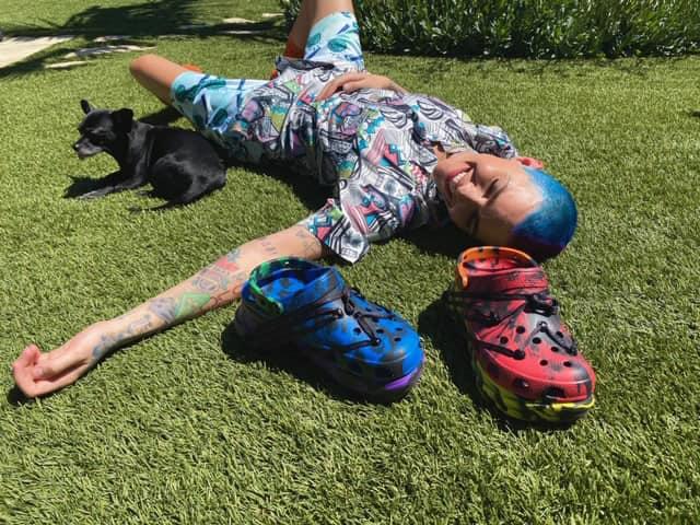 Ruby Rose X Crocs驕傲月推出聯名彩虹鞋款