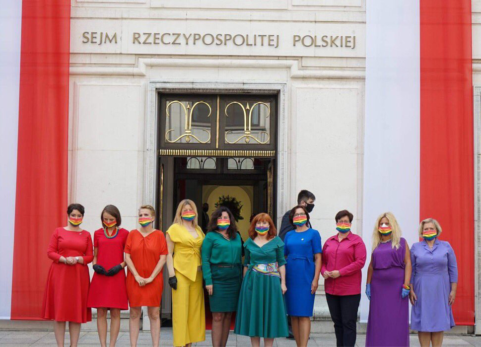 撐同志!波蘭國會議員 化身彩虹齊挺同